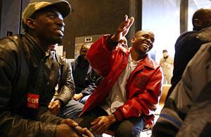 Inmigrantes presentan la solicitud de regularización. (Foto: AFP)