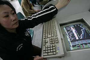 Una mujer china consulta información en un local de Shanghai. (Foto: Reuters)