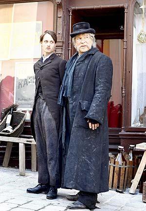 Los actores Tom Schilling y Goetz George, durante el rodaje de la película 'Mein Kampf'. (Foto: EFE)