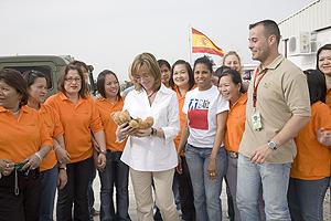 Carme Chacón recibió múltiples regalos de las tropas. (Foto: Teresa Peyri)