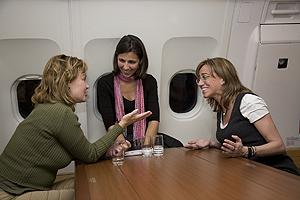 Chacón, junto a la periodista Ana pastor y Leire Pajín. (Foto: Teresa Peyri)