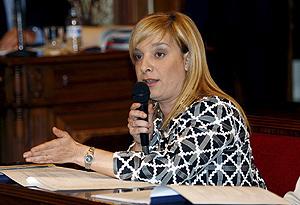 Etelvina Andreu, como portavoz del grupo socialista municipal, durante un pleno del Ayuntamiento de Alicante. (Foto: EFE)