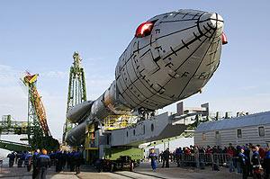 El 'Giove-B', de camino a su rampa de lanzamiento en Kazajistán. (Foto: AFP)