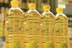 Unas botellas de aceite de girasol en un supermercado. (Foto: EFE)
