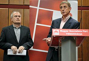 El primer ministro de Hungría y presidente del Partido Socialista húngaro (MSZP), Ferenc Gyurcsany (d), en una rueda de prensa en Budapest el 12 de abril. (Foto: EFE)