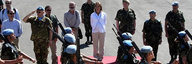 La ministra de Defensa observa un desfile en su honor de las tropas en el Líbano. (Foto: AFP)