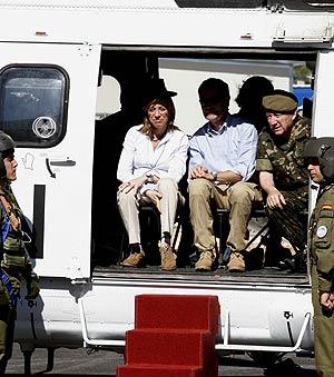 Chacón junto al jefe del Estado Mayor, Félix Sanz Roldán (dcha.), a su llegada a Marjayún, en el Líbano. (Foto: EFE)