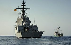 La fragata española Méndez Núñez escolta al 'Playa de Bakio' rumbo a las Seychelles. (Foto: EFE)
