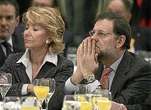 Rajoy y Aguirre, durante un desayuno informativo el pasado día 9. (Villanueva)