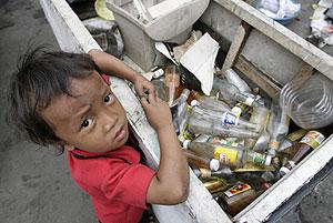 Un niño se acerca a un contenedor de basuras en Manila. (Foto: REUTERS)