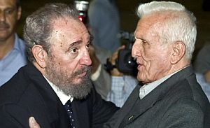 El vicepresidente cubano, José Ramón Fernández y Fidel, en una imagen de 2000. (Foto: AP)