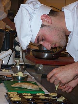 El ganador, Francisco José Vicente, durante la elaboración de su plato. (Foto: D.V.)