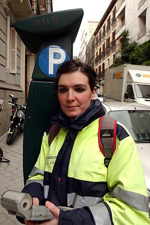 Una vigilante juanto a uno de los parquímetros dela zona centro. (Foto: Paco Toledo)