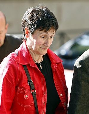 La alcaldesa de Mondragón, Inocencia Galparsoro, antes de declarar ante el juez Garzón. (Foto: EFE)