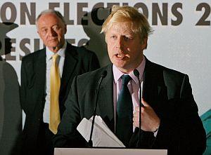 Johnson, recién elegido alcalde, habla en el Ayuntamiento de Londres en presencia del derrotado Ken Livingstone. (Foto: AFP)