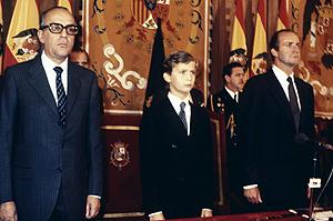 Leopoldo Calvo Sotelo acompaña al rey Juan Carlos y al príncipe Felipe en Oviedo, donde el Príncipe de Asturias pronunció su primer discurso público en 1981 (Foto: EFE)