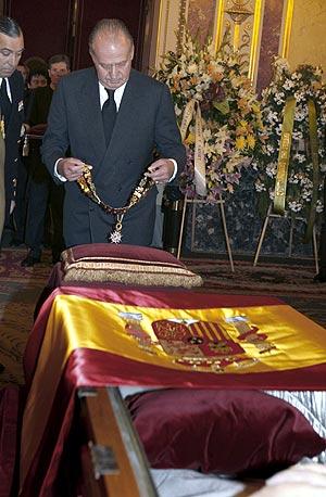 El Rey coloca sobre el féretro el Collar de la Real y Distinguida Orden de Carlos III. (Foto: EFE)