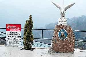 Imagen del monumento erigido en Villarrubín, junto al cartel oficial de las obras de la plaza. (Foto: Leonoticias.com)
