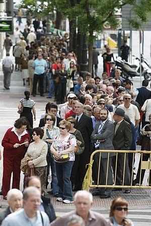 Los ciudadanos hacían cola en el Congreso para visitar la capilla ardiente. (Foto: Carlos Barajas)