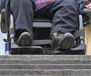 Una discapacitada en silla de ruedas ante una escalera. (Foto: J. Ayma).