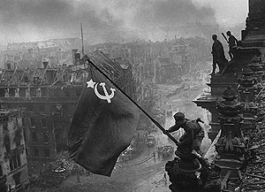 'Soldado soviético izando la bandera', de Yevgueni Chaldej. (Foto: Martin Gropius Bau)