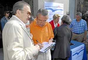 Recogida de firmas por las primarias en la sede del PP del distrito de Salamanca. (Foto: Bernardo Díaz)