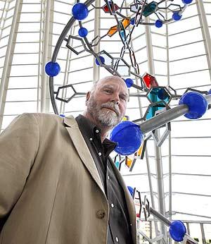 El científico Craig Venter junto a una escultura del ADN. (Foto: Benito Pajares)