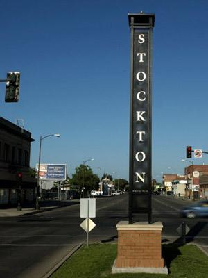 Cartel de bienvenida de la ciudad californiana de Stockton. (FOTOS: AFP)  ÁLBUM: Stockton: ignorante y embargada