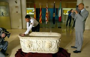 Miembros de los Carabinieri fotografían la pieza, examinada por agentes de la Policía Nacional. (Foto: Domènec Umbert)