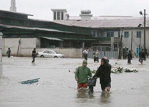 Varios residentes de Yangon que caminan por una calle inundada tras el ciclón Nargis. (Foto: EFE)