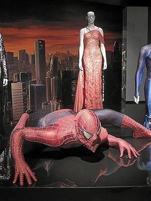 Uno de los trajes de Gaultier que se exhiben en el Metropolitan inspirados en 'Spiderman'. (Foto: Carlos Fresneda)