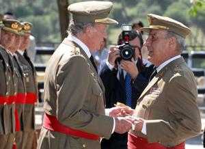 Don Juan Carlos entrega el sable a Rodríguez Cerdido. (Foto: ICAL)