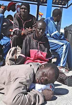 Inmigrantes subsaharianos que llegaron ayer a la isla de Tenerife. (Foto: EFE)