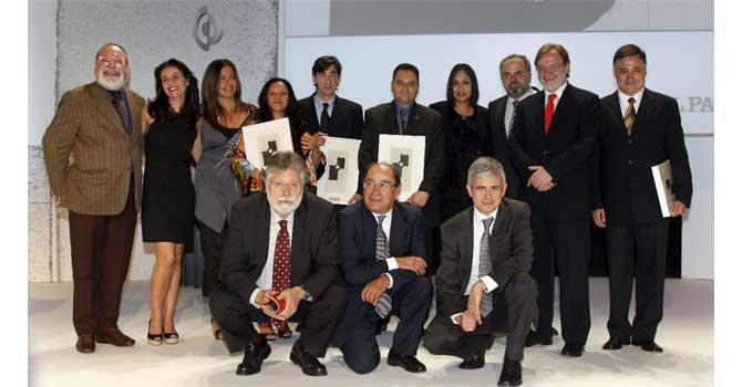 Gervasio Sánchez está a la izquierda de Cebrián, a la derecha del espectador. (Foto El País)
