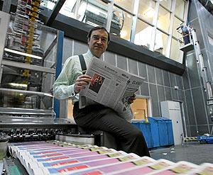 Pedro J. Ramírez, en la rotativa de EL MUNDO. (Foto: José Aymá)