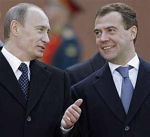 Vladimir Putin y Dmitri Medvédev, este jueves, durante una ceremonia en la Tumba del Soldado Desconocido (Foto: AP)