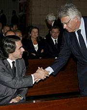Aznar y González se saludan en el funeral. (Foto: EFE)