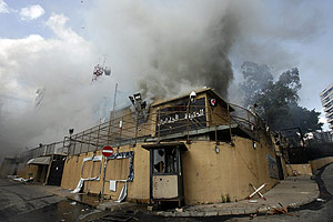 Edificio en llamas de la emisora progubernamental Future TV, en Beirut. (Foto: AFP)