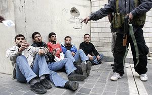 Milicianos de Hizbulá vigilan a partidarios del grupo progubernamental Futuro. (Foto: REUTERS)