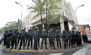 Miembros de la Policía Nacional rodean la comisaria de la Policía Local de Coslada. (Foto: Diego Sinova)