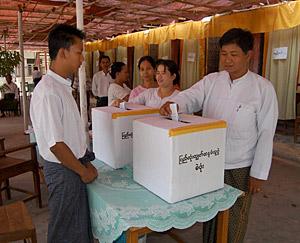 Un grupo de votantes deposita sus papeletas en Mandalay. (Foto: EFE)