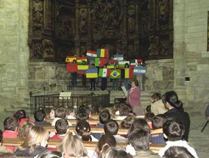 Uno de los actos de los alumnos y familiares en el colegio Mencía de Velasco.