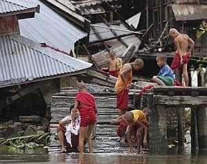 Varios niños birmanos junto al río Pyapon. (Foto: AP)