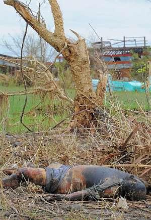 Uno de los fallecidos por el ciclón 'Nargis' yace cerca del río Pyapon. (Foto: AFP)