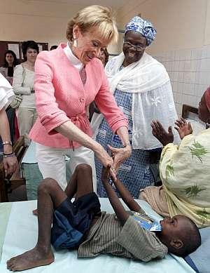 La vicepresidenta primera saluda cariñosamente a un niño en su visita a Níger. (Foto: EFE)