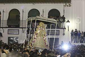 Imagen de la salida de la 'Blanca Paloma' de la iglesia, tras el salto de la reja. (Foto: EFE)