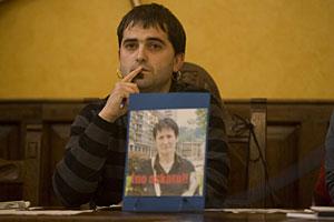 El alcalde de Antzuola, con la foto de Inocencia Galparsoro, alcaldesa de Mondragón. (Foto: Pablo Viñas)