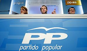 Estarás, Feijóo y Fernández Mañueco, ayer, en la sede del PP en Génova. (Foto: EFE)