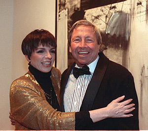 Robert Rauschenberg con Liza Minelli, en 1990, en el museo Whitney de Nueva York. (Foto: AP)