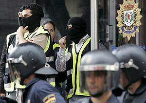 Agentes de la policía durante la operación contra la trama de corrupción policial en Coslada. (Foto: EFE)